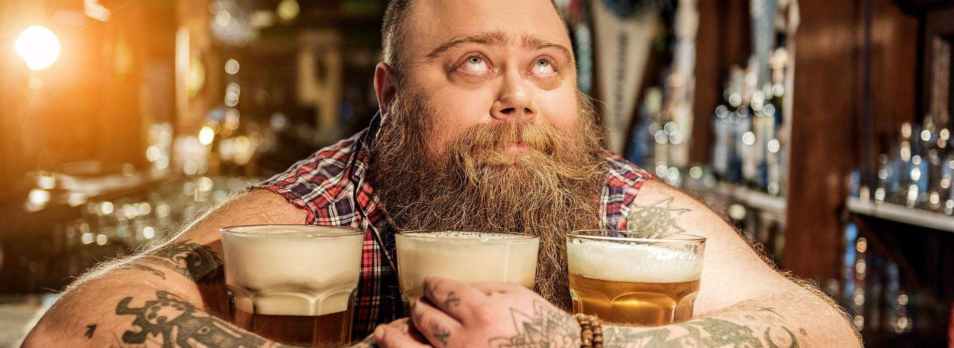 tätowierter Schankkellner liebt Bier